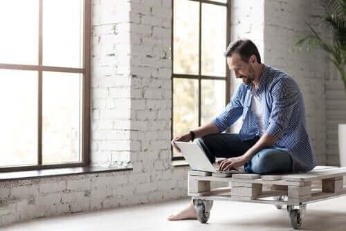 Homem trabalhando remotamente