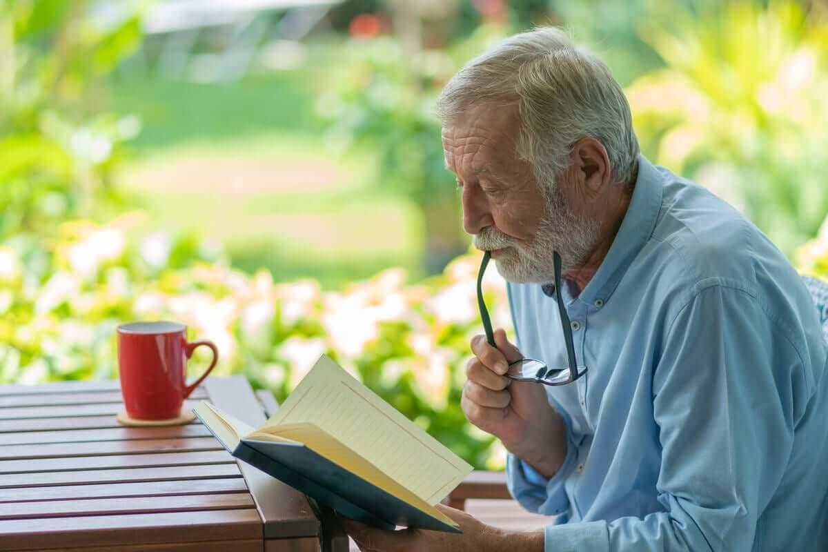 Senhor idoso lendo um livro