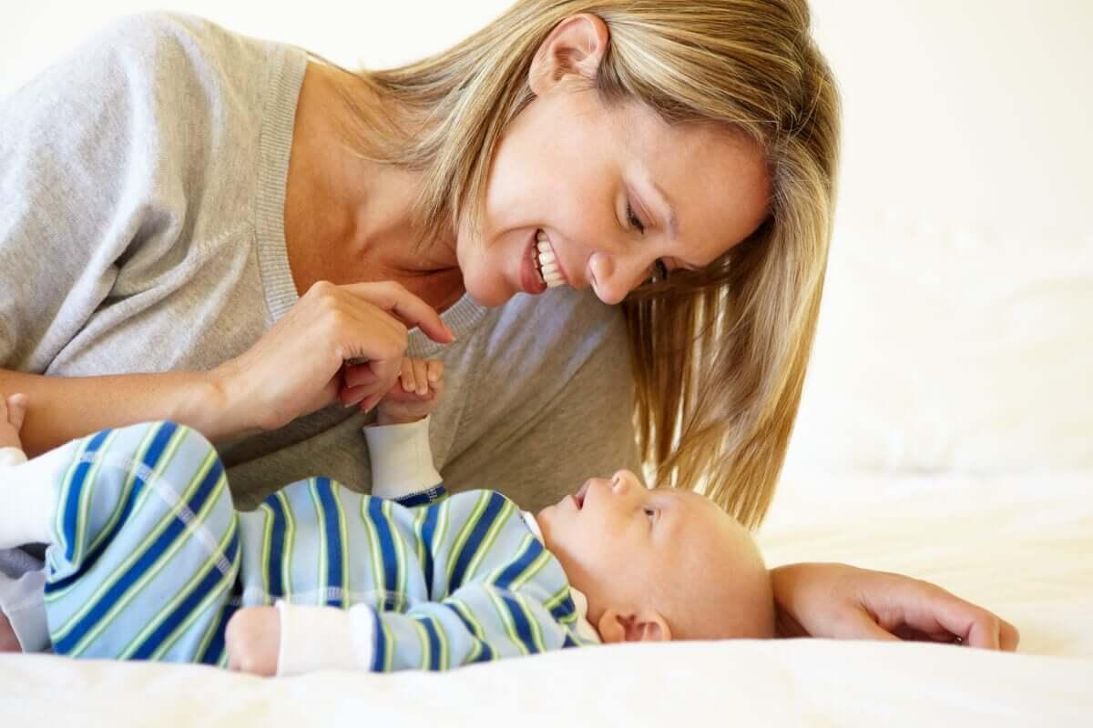 Mãe interagindo com seu filho