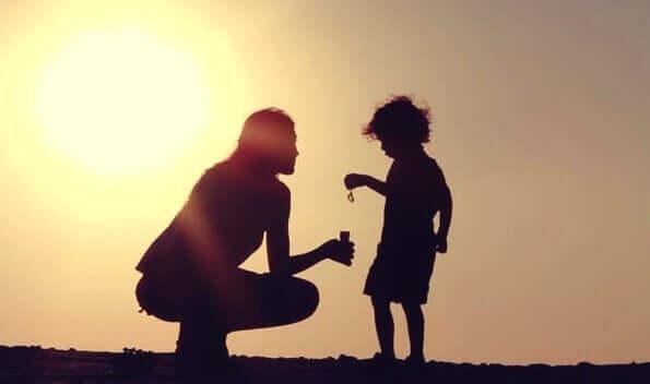 Mãe brincando com filho no por do sol
