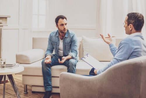 Homem no terapeuta tratando tanatofobia