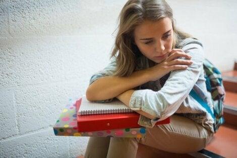 Menina triste na escola