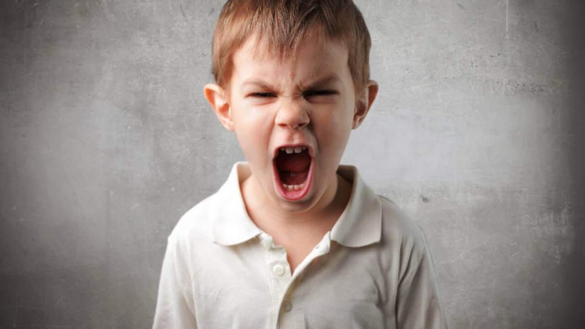 Menino gritando