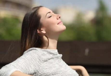Mulher sentindo o sol na pele