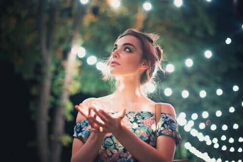 Mulher observando luzes