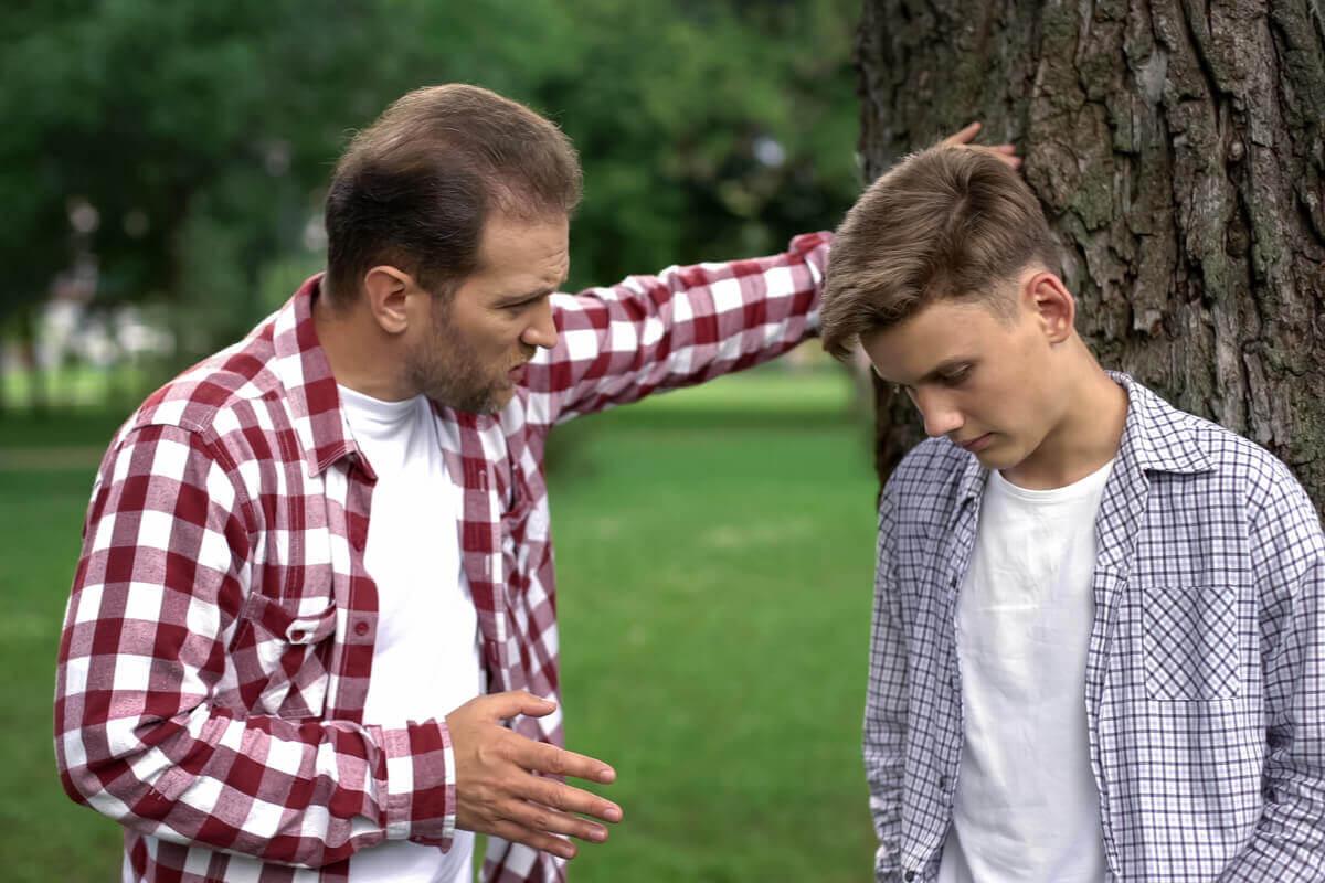 Pai conversando com seu filho