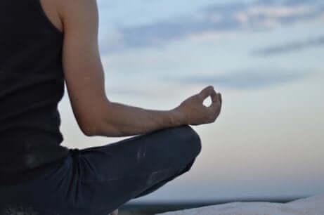 Pessoa meditando