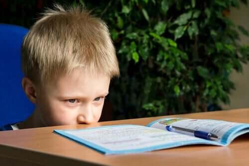 Garotinho se concentrando em tarefa
