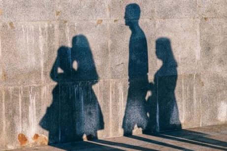 Sombras de pessoas em muro