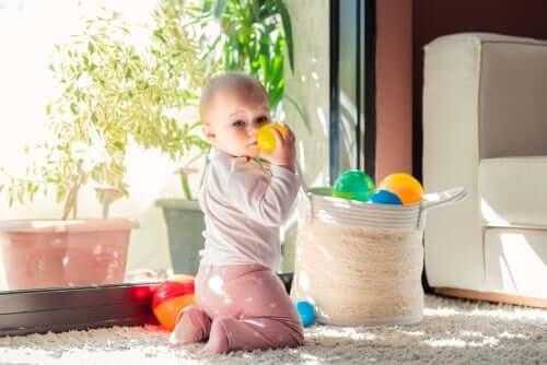 Bebê brincando com bolas