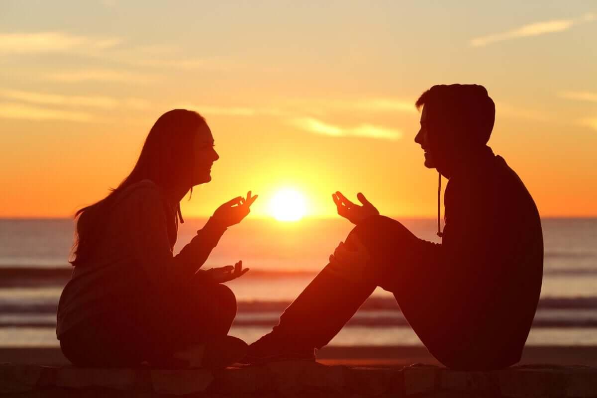 Casal ao pôr do sol