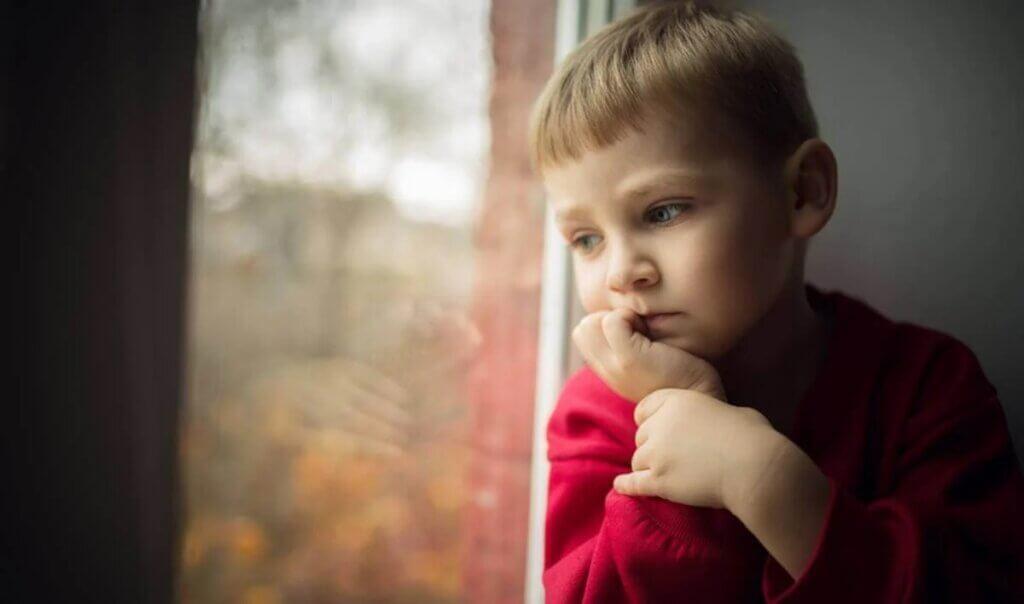 Criança triste e pensativa