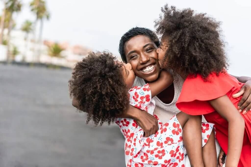 Mãe com filhas gêmeas