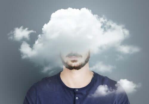 Homem sofrendo de confusão mental