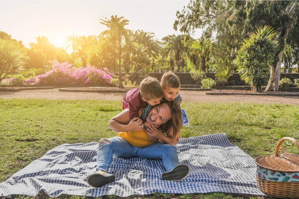Mãe com seus filhos em parque