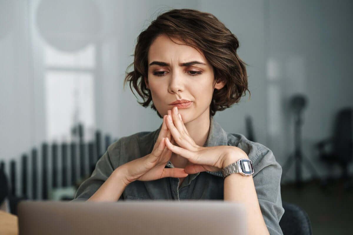 Mulher concentrada