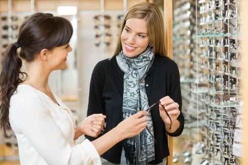 Vendedora de óculos