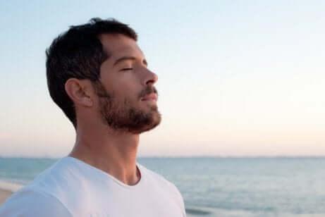 Homem respirando profundamente