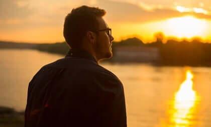 Jovem olhando o pôr do sol