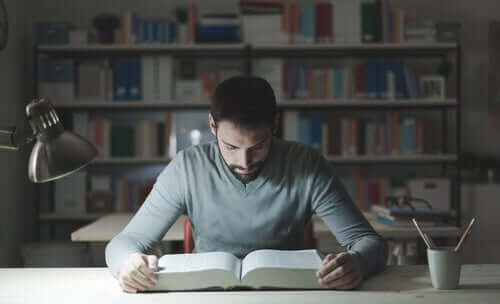 Jovem estudando focado