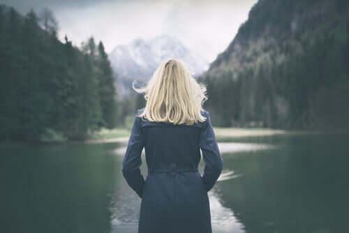 Mulher observando lago