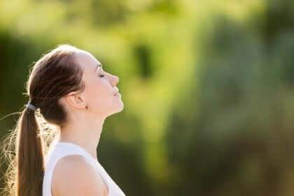 Mulher respirando e meditando