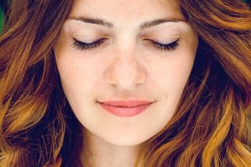 Mulher de olhos fechados refletindo