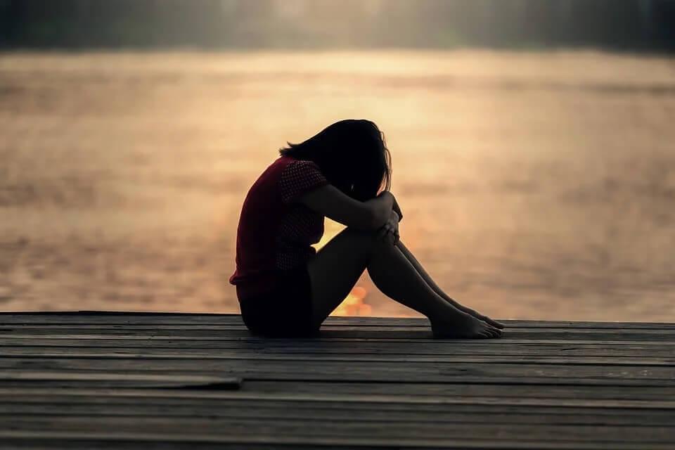 Mulher triste em solidão