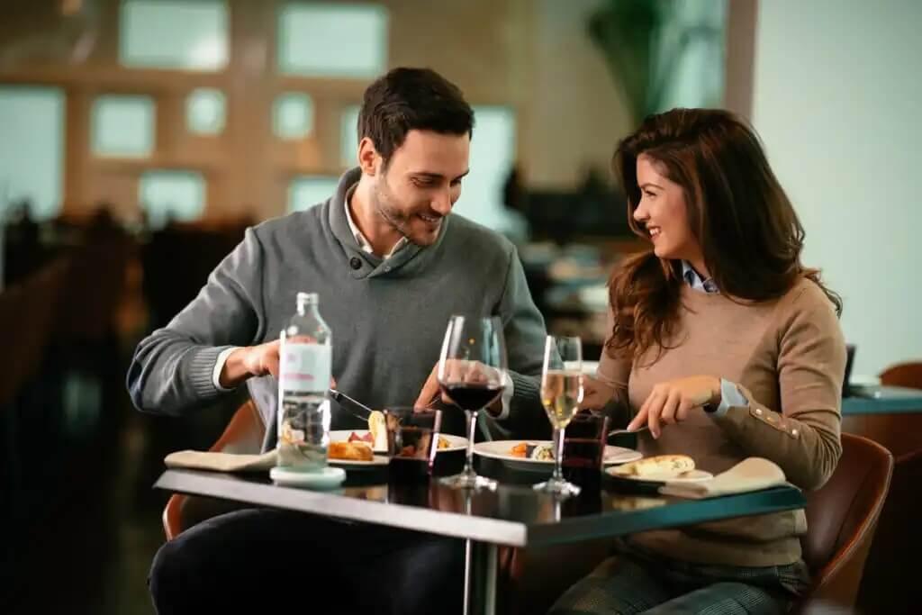 Casal comendo em restaurante