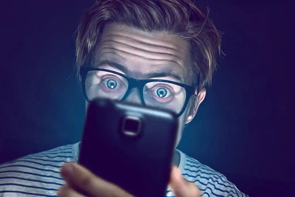 Homem checando celular
