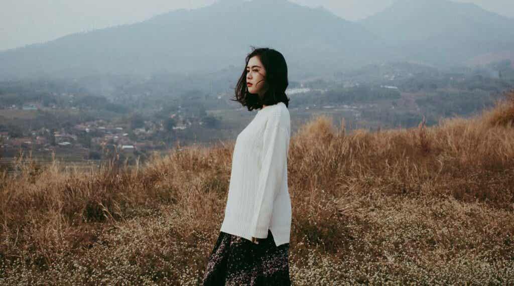 Mulher no campo sozinha