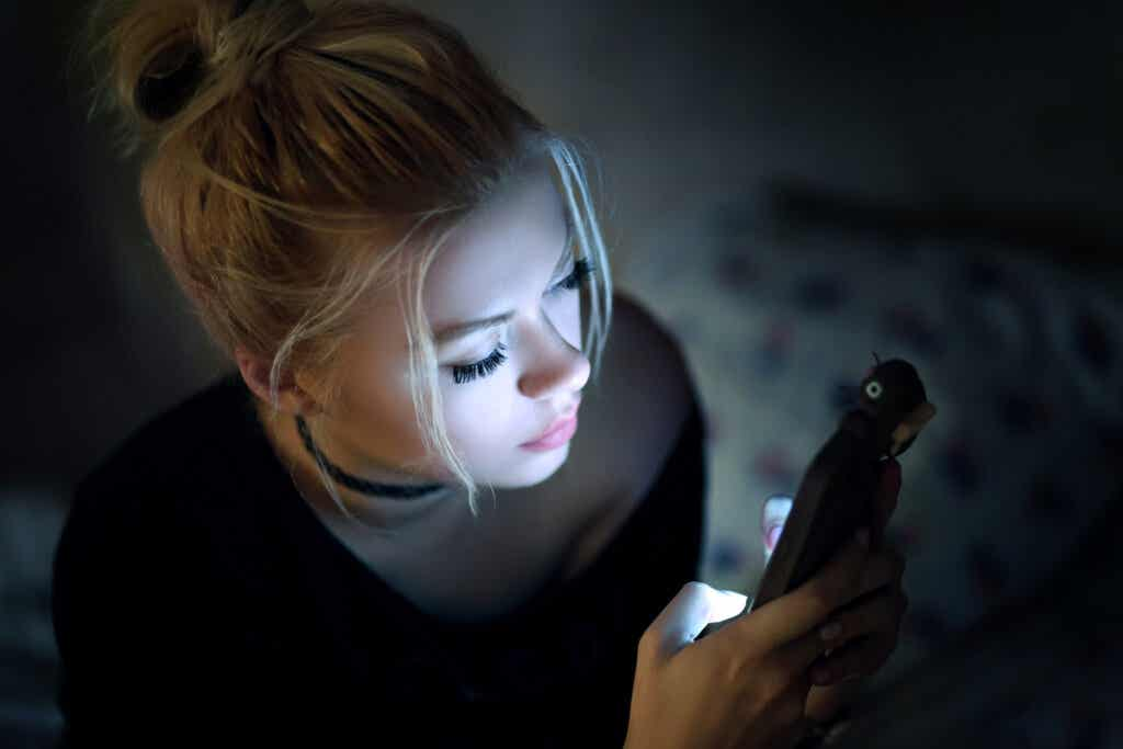Jovem no celular