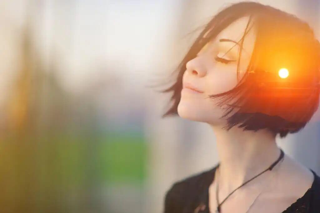 Mulher pensando em memórias positivas