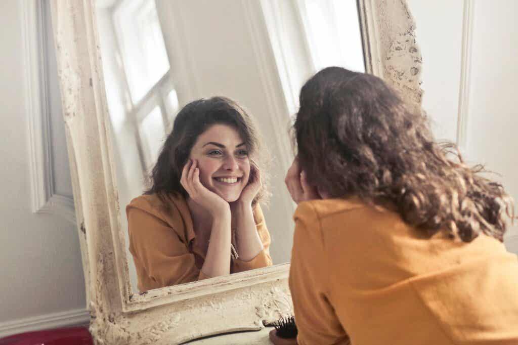Mulher sorrindo para o espelho