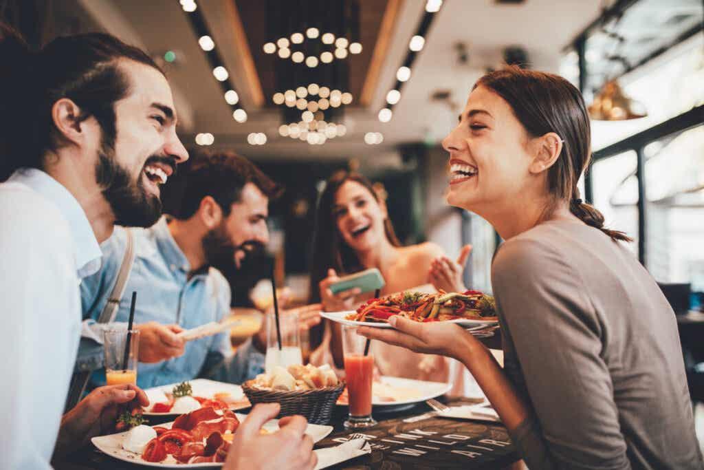 Amigos comendo em restaurante