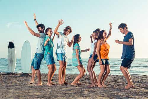 Amigos dançando na praia