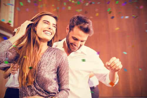 Casal dançando em festa