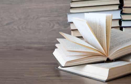 Livro com páginas abertas
