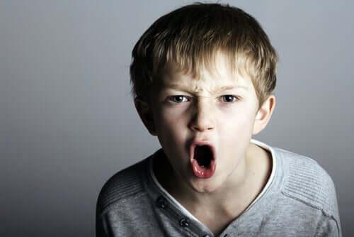 Uma criança que faz bullying pode ser um adulto narcisista sem empatia
