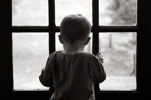 Criança em janela