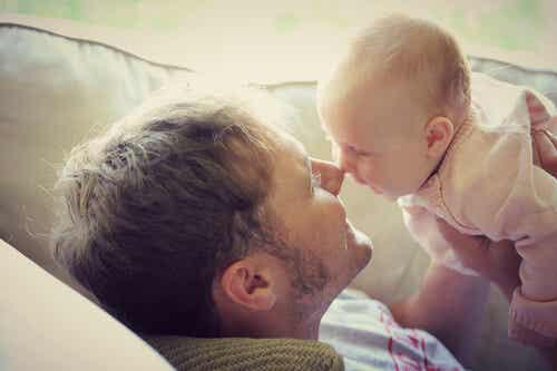 Pai com filha bebê