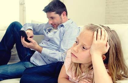 Quais são as características dos pais emocionalmente indisponíveis?