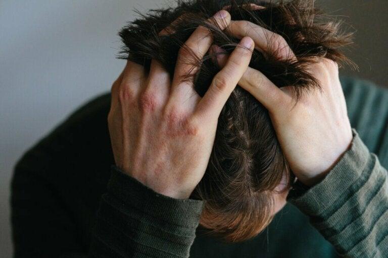 Qual é a relação entre a raiva e a dor física?