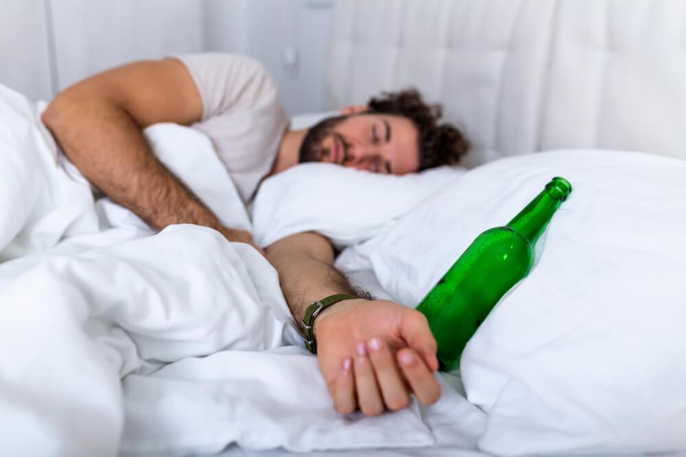 Beber álcool antes de dormir: conheça seus efeitos no sono