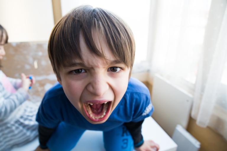 Como agir quando uma criança está com raiva?