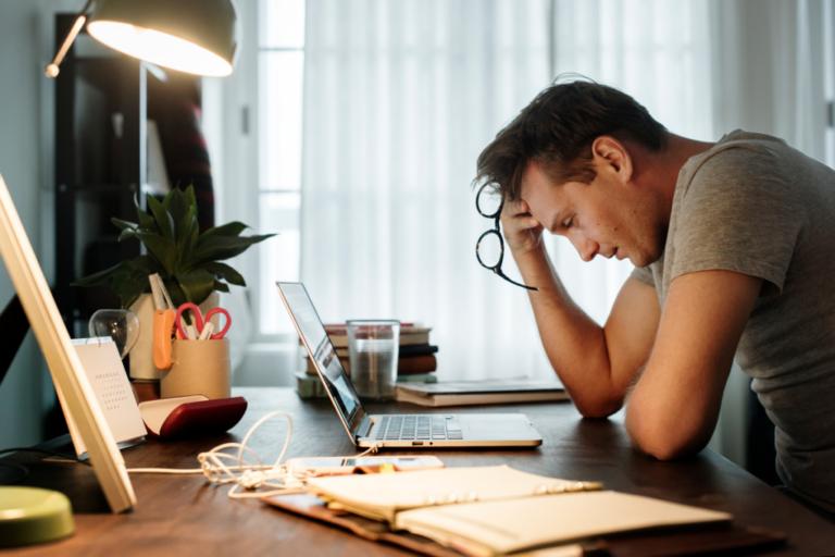 Salário e saúde mental: o custo psicológico da precariedade