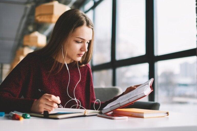 Ouvir música ao estudar é benéfico?