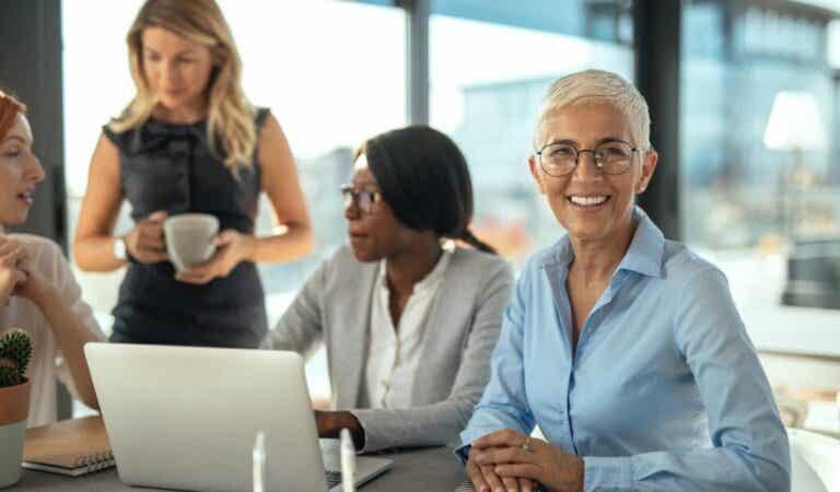 Razões pelas quais vale a pena contratar pessoas com mais de 50 anos